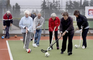 Ouderen spelen hockey